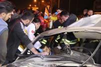 KIRMIZI IŞIK - Polisten Kaçarken Kaza Yaptı, Araçta Sıkıştı
