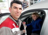 ÇAM SAKıZı - Şoför Kadınlara Sürpriz Karşılama