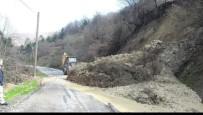 TOPRAK KAYMASI - Heyelan Köy Yolunu Kapattı