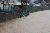 TOPRAK KAYMASI - İki Ay Önce Yapılan İstinat Duvarı İlk Yağmurda Çöktü