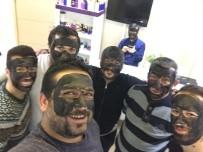 EMEKÇİ KADINLAR GÜNÜ - Kadınlar Günü'nde Yüzlerini Siyaha Boyadılar