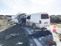 MAZLUM - Minibüsle Kamyonet Çarpıştı Açıklaması 1 Ölü, 9 Yaralı