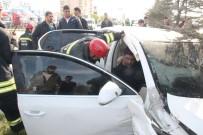 SADIK AHMET - Kırmızı Işıkta Sızan Sürücü Kendisini Uyandıran Polisi Görüp Kaçınca Direğe Çarptı