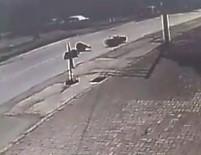 ÇARPMA ANI - Motosiklet Sürücüsü Yayaya Çarptı Açıklaması 2 Yaralı