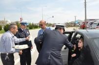 Polisten Sürücülere Ceza Yerine Leblebi Ve Çikolata