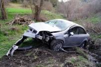 KALP MASAJI - Yoldan Çıkan Otomobil Çaya Uçtu Açıklaması 1 Ölü, 1 Yaralı