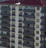 12 Katlı Binanın Çatısında Tehlikeli Çalışma