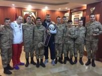 HATAY VALİSİ - Sınırdaki Askerlere Altın Kemeriyle Geldi