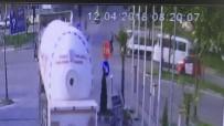 MOBESE - Kırmızı Işıkta Geçen Bisikletliye Kamyonet Çarptı, O Anlar Güvenlik Kamerasına Yansıdı