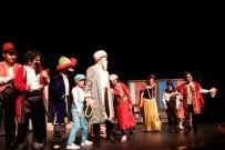 Bu Tiyatro Oyununda Öğretmen Ve Öğrenciler Sahne Aldı