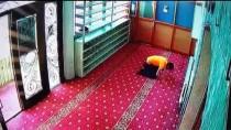 Camiye Giren Hırsız Müezzinin Çantasını Çaldı