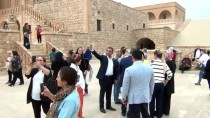 MARDİN HAVALİMANI - Midyat'ta Avrupa'dan Turist Sevinci