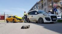 Düzce'de Otomobille Hafif Ticari Araç Çarpıştı Açıklaması 3 Yaralı