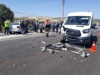 MUSTAFA BÜYÜK - Minibüs İle Otomobil Çarpıştı Açıklaması 10 Yaralı