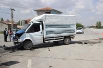 Minibüsle Kamyonet Çarpıştı Açıklaması 2 Yaralı