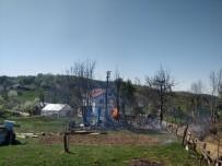 AHŞAP EV - Sobadan Çıkan Yangında Bir Ev Ve Ahır Kullanılamaz Hale Geldi