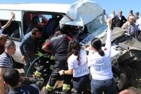 Minibüsle Hafif Ticari Araç Çarpıştı Açıklaması 1 Ölü, 13 Yaralı
