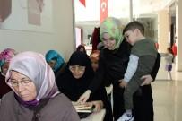 ÇALIŞAN ANNE - Kucağında Çocuğu Elinde Kalemi Öğrencilere Ders Veriyor