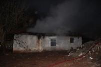 İTFAİYE ARACI - Tek Katlı Evde Çıkan Yangın Mahalleliyi Sokağa Döktü