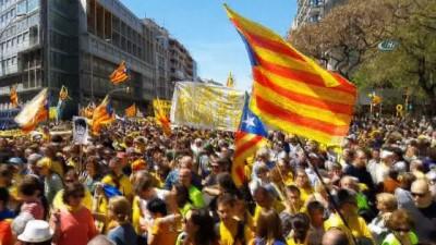 300 bin kişi Katalonya için sokağa döküldü