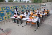 Derslerini Okul Bahçesinde Yapıyorlar