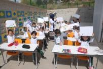 Hababam Sınıfı Gibi Derslerini Okul Bahçesinde Yapıyorlar
