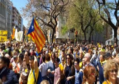 Katalanlar sokaklarda