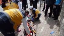 HAFRİYAT KAMYONU - Motosikletle Hafriyat Kamyonu Çarpıştı Açıklaması 2 Öğrenci Yaralı