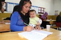 OKUMA YAZMA SEFERBERLİĞİ - Kucaklarında Bebekleri İle Okuma Yazma Öğreniyorlar