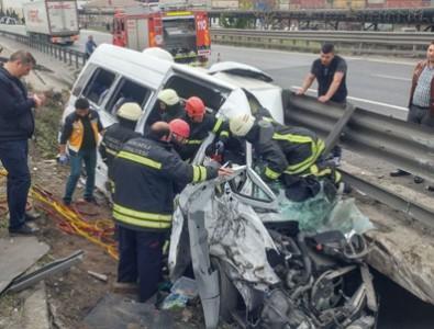 Dilovası'nda TIR ile minibüs çarpıştı, vali ve kaymakamların eşleri yaralandı