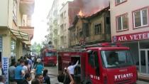YANGINA MÜDAHALE - İki Katlı Tarihi Ahşap Binada Yangın