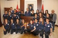 Kadın Futbolculardan Vali Toprak'a Ziyaret