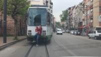 Tramvay Arkasında Tehlikeli Yolculuk Cep Telefonu Kamerasına Yansıdı