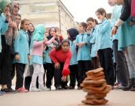 EMEKLİ ÖĞRETMEN - Öğrenciler Geleneksel Oyunlarla Buluşuyor