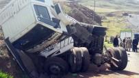 KAÇAK GÖÇMEN - Erzurum'da Kaçak Göçmenleri Taşıyan Kamyon Devrildi Açıklaması 1 Ölü, 64 Yaralı