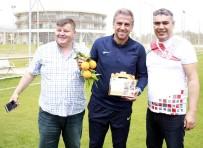 Finikeli Taraftarlardan Antalyasporlu Futbolculara Portakal Takviyesi