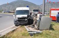 Midibüs Ve Otomobil Çarpıştı Açıklaması 2 Yaralı