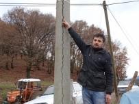 ELEKTRİK KAÇAĞI - Çatlak Beton Elektrik Direği Korkutuyor