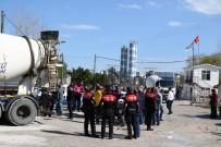 KİMLİK TESPİTİ - Polisten Kaçan Şüpheliler Beton Mikserine Çarpınca Yakalandı.