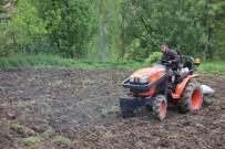 Hakkari'de Çiftçiler Tarla Sürmeye Başladı