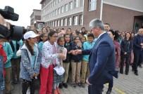 OKUL ZİYARETİ - Kars'ta Çocuklar 'Vali Amcalarına' İzdiham Yaşatan Sevgi
