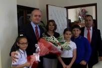 Minik Cumhuriyet Savcısı Cübbe Giyip Makam Koltuğuna Oturdu