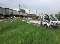 YÜK TRENİ - Tavşanlı'da Yük Treni İle Kamyonet Çarpıştı Açıklaması 1 Yaralı