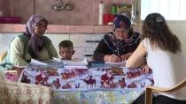 OKUMA YAZMA SEFERBERLİĞİ - Dersi Evde Ödevi Tarlada Yapıyor