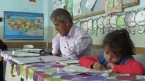 Küçük Kızının Yardımıyla Okuma Yazma Öğreniyor