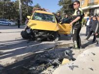 Ticari Taksi Kaldırıma Çarptı Açıklaması 4 Yaralı