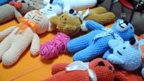'Amigurumi' Tekniğiyle Çocuklarına Oyuncak Örüyorlar