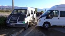 Erzincan'da İki Minibüs Çarpıştı Açıklaması 12 Yaralı