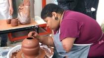 WORKSHOP - ABD'li Sanatçı Seramiğe Tek Eliyle Şekil Veriyor