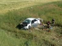 SELÇUK YAŞAR - Otomobil Tarlaya Uçtu Açıklaması 1 Ölü, 3 Yaralı